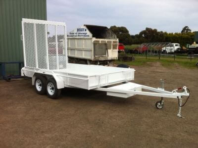 Tandem trailer with ramp